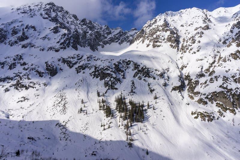 Grandes picos de las altas monta?as de Tatra en paisaje del invierno polonia fotos de archivo