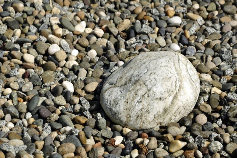 Grandes pierres de pavé rond au milieu de la plage photographie stock