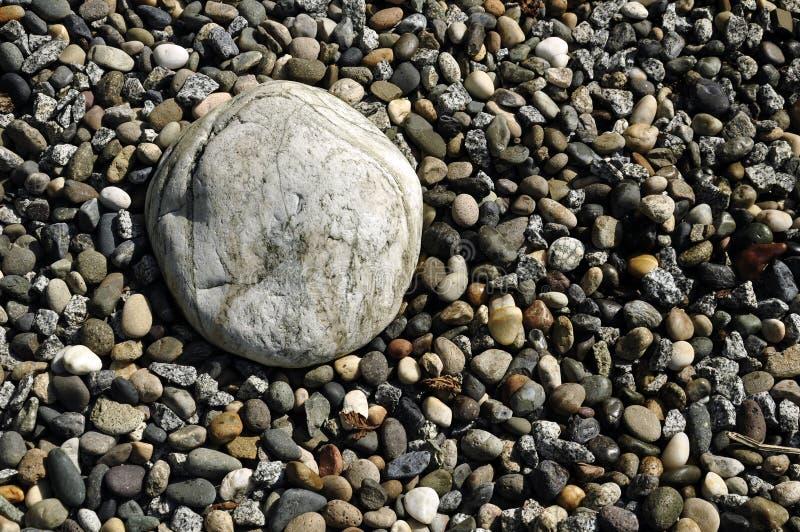 Grandes pierres de pavé rond au milieu de la plage images stock