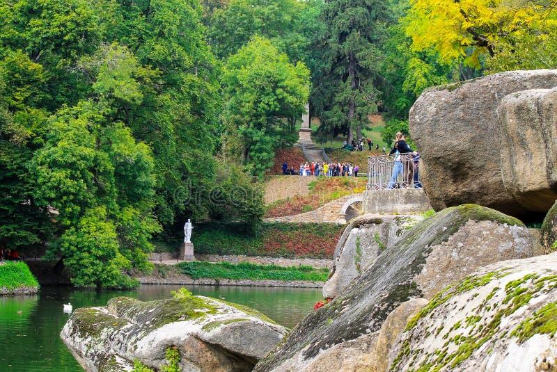 Grandes pierres en beau parc de paysage en automne, Sophia Park dans Uman, Ukraine photo stock