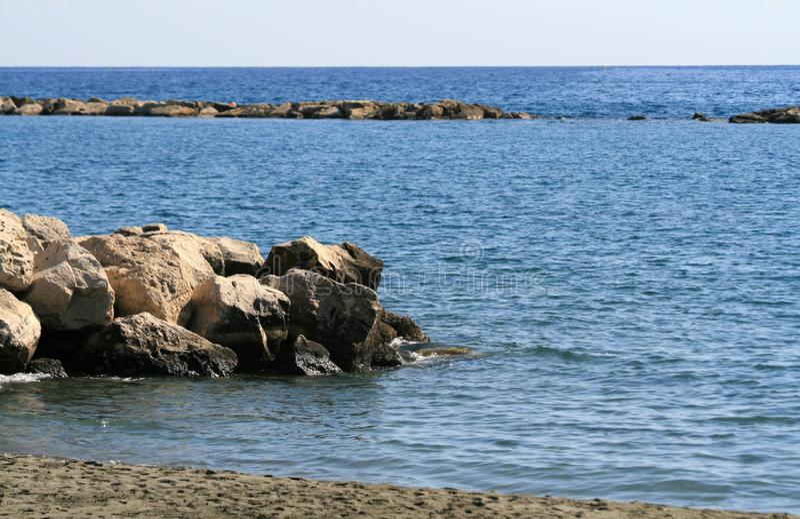 Grandes pierres en mer photographie stock