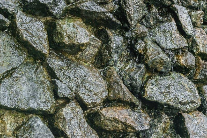 Grandes pierres non coupées, sur quels écoulements d'eau photos libres de droits