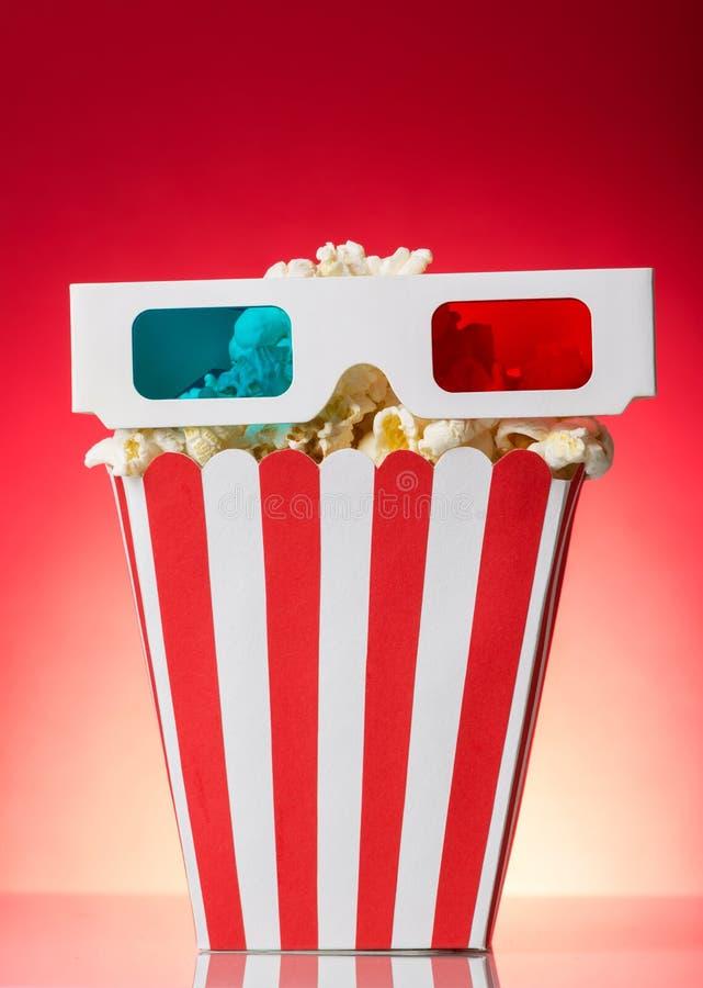 Grandes pipoca da caixa quadrada e vidros 3D no vermelho brilhante fotos de stock royalty free