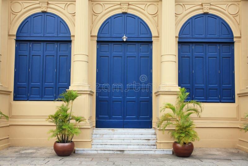 Grandes porte et fenêtres bleues photos libres de droits