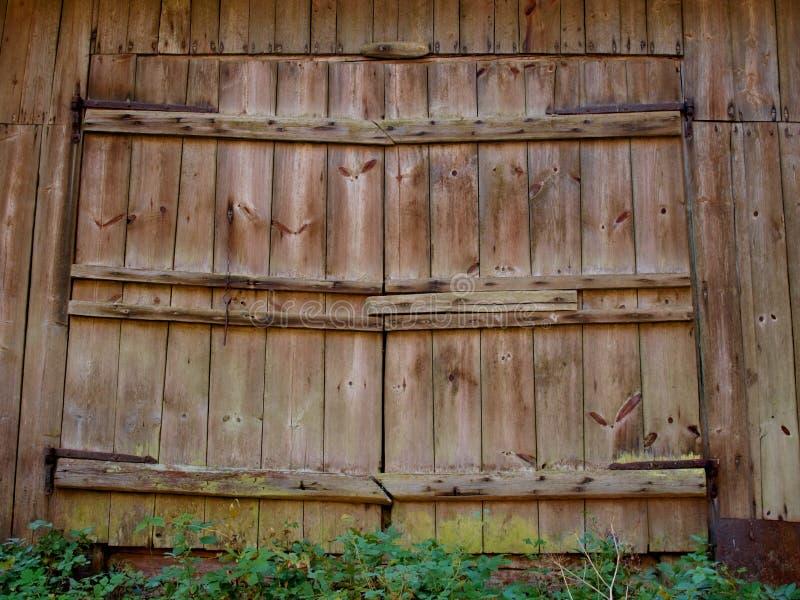 Grandes portes en bois de la vieille grange avec des auvents de fer photographie stock libre de droits