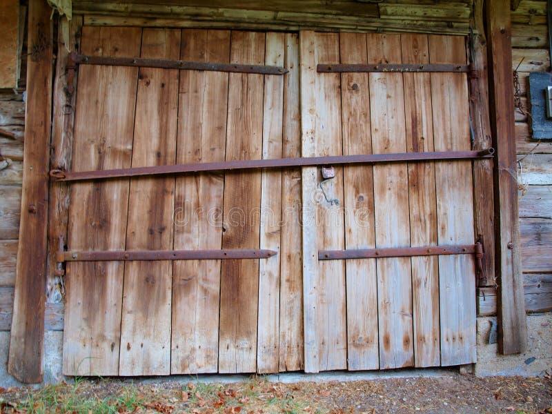 Grandes portes en bois de la vieille grange avec des auvents de fer photo libre de droits
