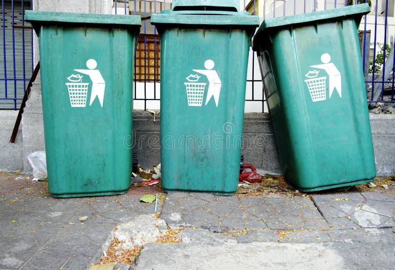 Grandes poubelles vertes de Wheelie pour les déchets généraux photos stock