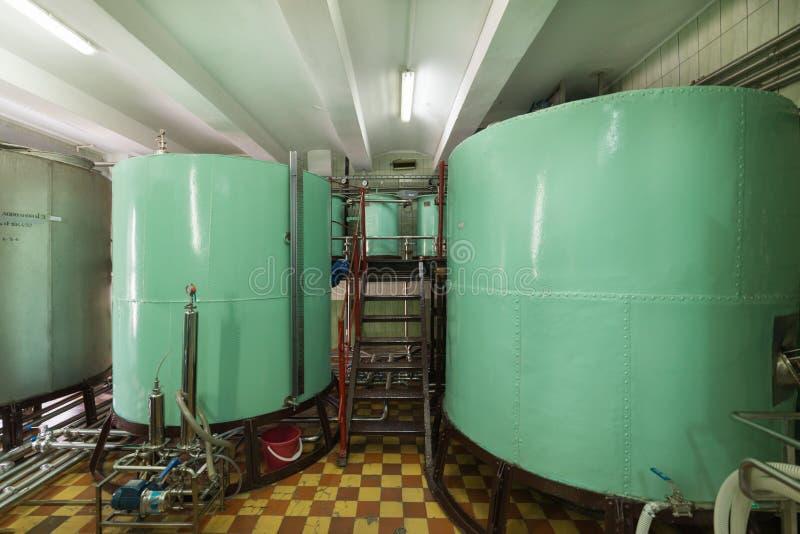 Grandes reservatórios metálicos da cor verde Fabricação de bebidas alcoólicas fotografia de stock royalty free
