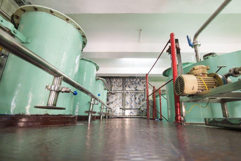 Grandes reservatórios metálicos da cor verde Fabricação de bebidas alcoólicas imagens de stock royalty free