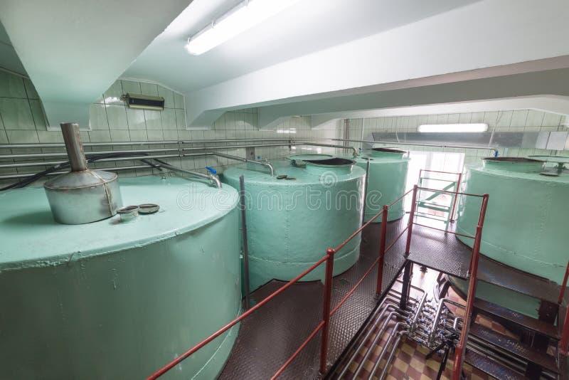 Grandes reservatórios metálicos da cor verde Fabricação de bebidas alcoólicas foto de stock