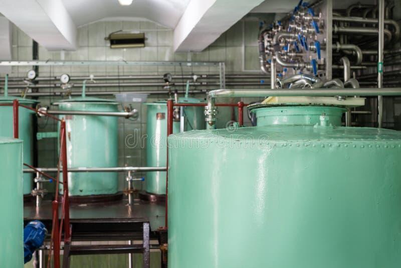 Grandes reservatórios metálicos rebitados da luz - cor verde imagens de stock royalty free