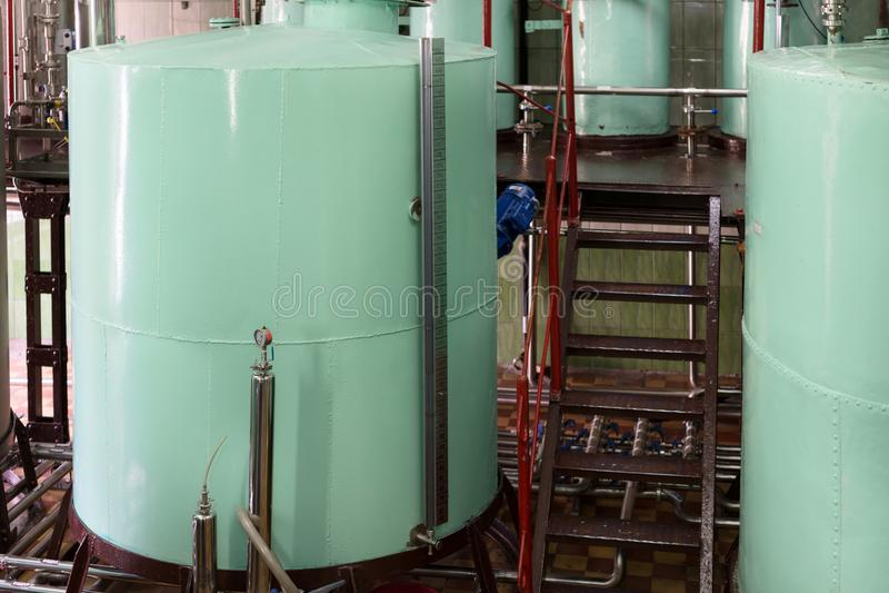 Grandes reservatórios metálicos rebitados da luz - cor verde Fabricação de bebidas alcoólicas imagens de stock