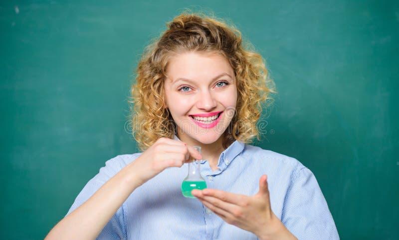Grandes resultados científico en el laboratorio de la escuela Lecci?n de la escuela frasco químico del control de la muchacha con imagenes de archivo