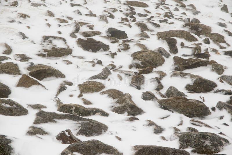Grandes rochas cobertas parcialmente pela neve e pelo gelo imagem de stock royalty free
