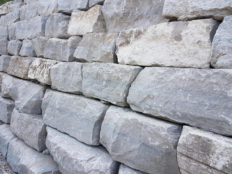 Grandes roches afin de la construction des routes et des voies dans la ville photographie stock libre de droits