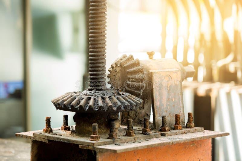 Grandes rodas velhas e oxidadas da roda denteada com foco seletivo imagens de stock royalty free
