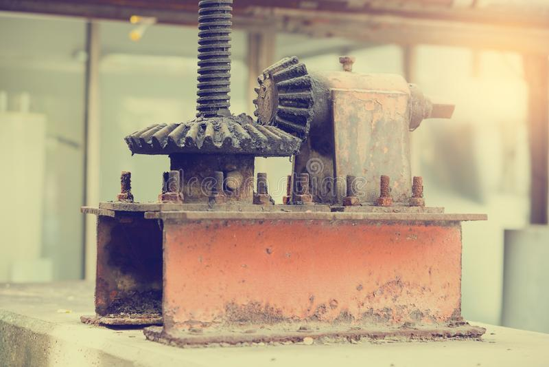 Grandes rodas velhas e oxidadas da roda denteada com foco seletivo fotografia de stock