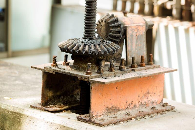 Grandes rodas velhas e oxidadas da roda denteada com foco seletivo fotos de stock