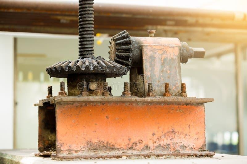 Grandes rodas velhas e oxidadas da roda denteada com foco seletivo foto de stock