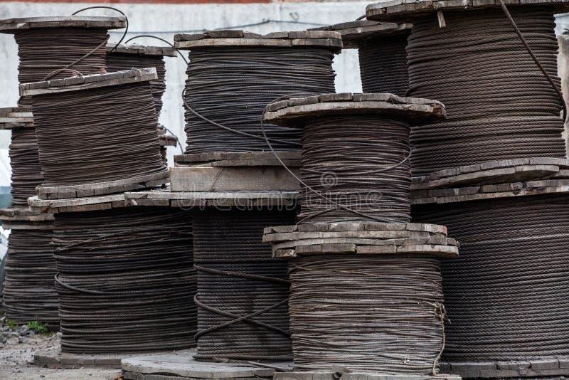 Grandes rolos dos cabos de aço fotografia de stock