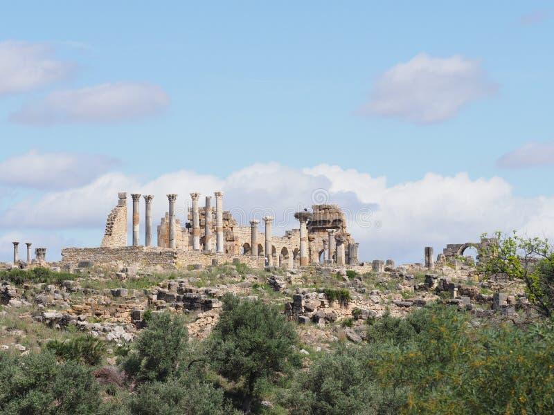 Grandes ruinas de la ciudad romana y africana antigua de Volubilis en Marruecos cerca de Meknes imágenes de archivo libres de regalías