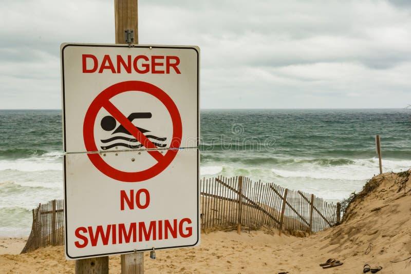 Grandes señales de peligro del tiburón blanco imagenes de archivo