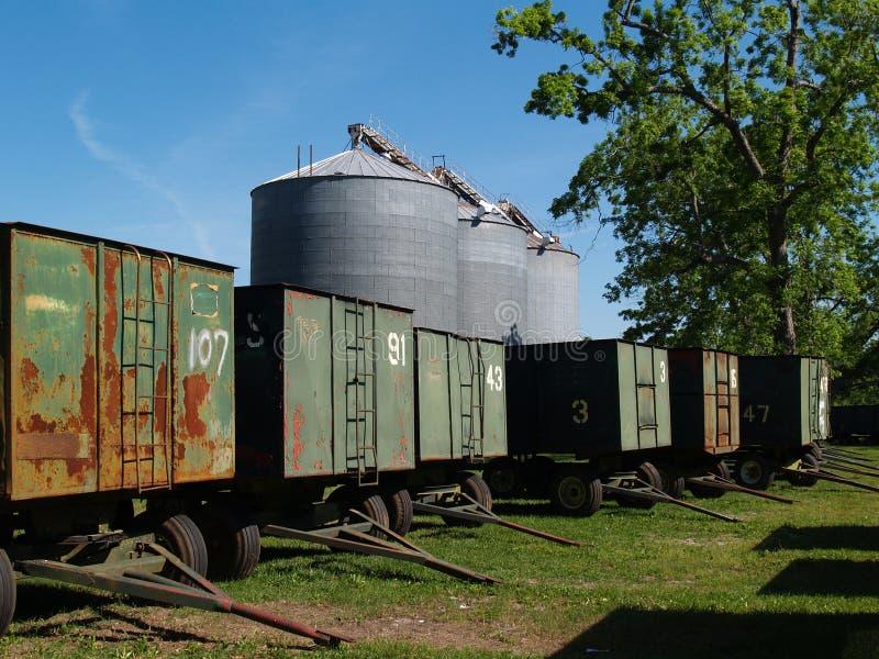 Grandes silos da grão atrás dos vagões do amendoim e de um Pecan foto de stock royalty free
