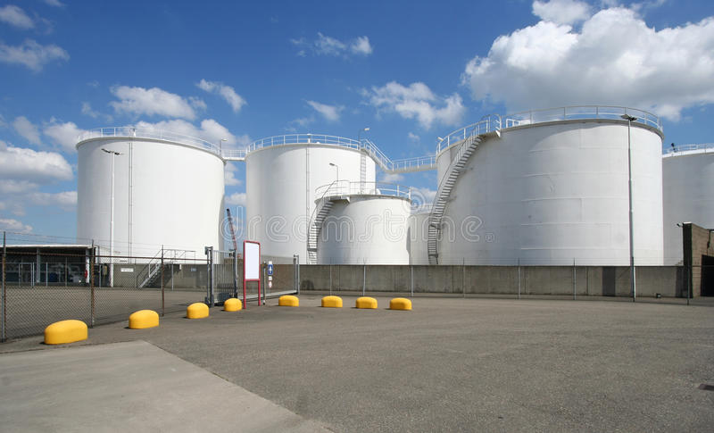 Grandes silos do petróleo imagens de stock royalty free
