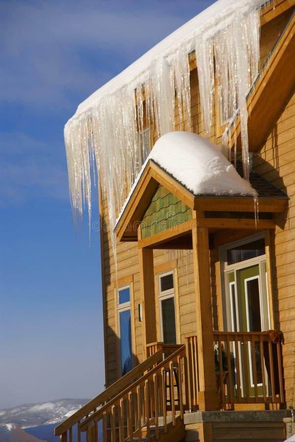 Grandes sincelos em Townhouses após a tempestade de neve pesada imagem de stock royalty free