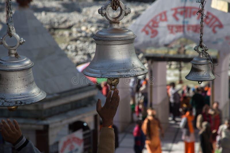 Grandes sinos de prata do templo no templo da deusa Ganga em Gangotri, Índia imagem de stock