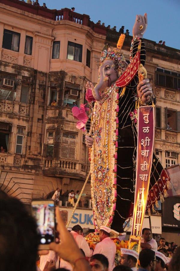 Grandes statues de Ganesha dans le cortège image libre de droits