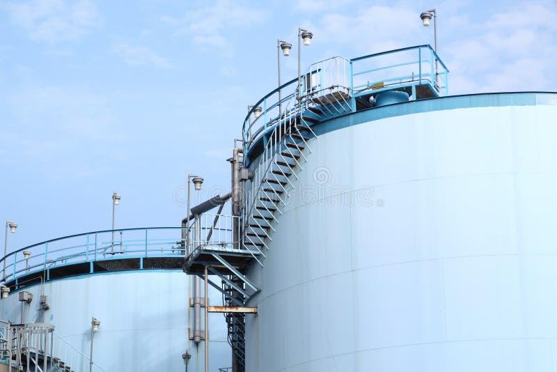 Grandes tanques brancos para a gasolina e o óleo fotos de stock