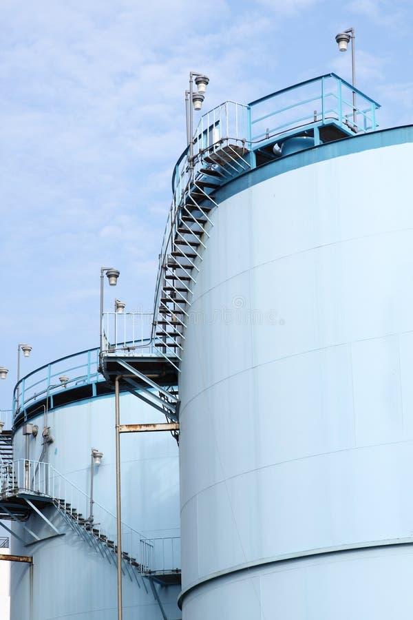 Grandes tanques brancos para a gasolina e o óleo imagem de stock royalty free
