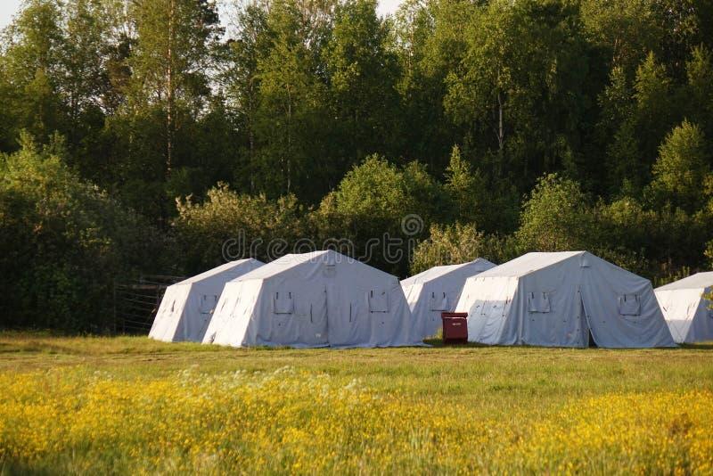 Grandes tentes blanches d'armée camp de délivrance photographie stock