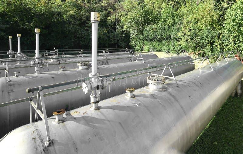 grandes tubulações e válvula de segurança sobre embarcações de pressão imagem de stock