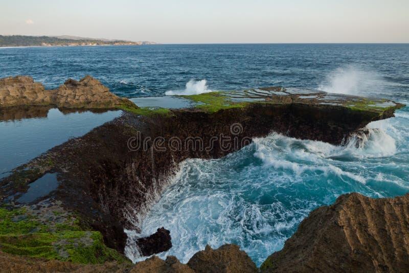 Grandes vagues à la larme du diable sur le coucher du soleil de Nusa Lembongan photos stock