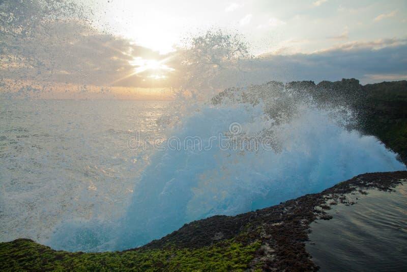 Grandes vagues à la larme du diable sur le coucher du soleil de Nusa Lembongan photo libre de droits