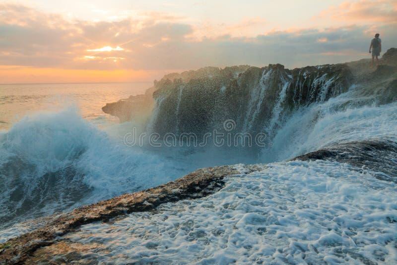 Grandes vagues à la larme du diable sur le coucher du soleil de Nusa Lembongan image libre de droits