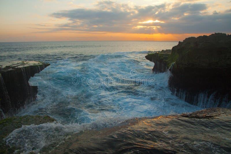 Grandes vagues à la larme du diable sur le coucher du soleil de Nusa Lembongan photographie stock