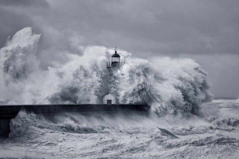 Grandes vagues orageuses images libres de droits