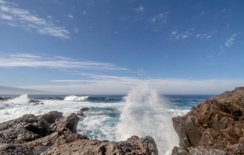 Grandes vagues se brisantes au-dessus des roches photos libres de droits