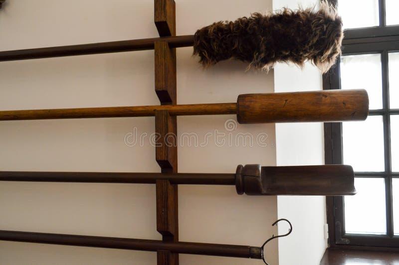 Grandes varas de madeira longas, shampols com as escovas macias para limpar canhões antigos velhos foto de stock