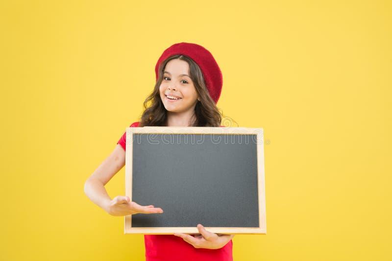 Grandes ventes enfant sur le contexte jaune De nouveau ? l'?cole L'information intéressante fille heureuse dans le béret français photos stock