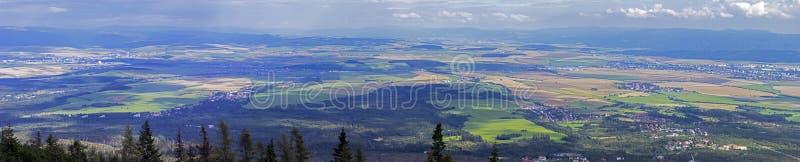 Grandes vues de l'espace vers le bas ci-dessous, des prés, des champs et de Se de forêts photos libres de droits