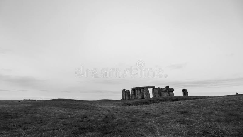 A grandeza do monumento de pedra pré-histórico antigo de Stonehenge no inglês Wiltshire Fundação natural impressionante da rocha foto de stock