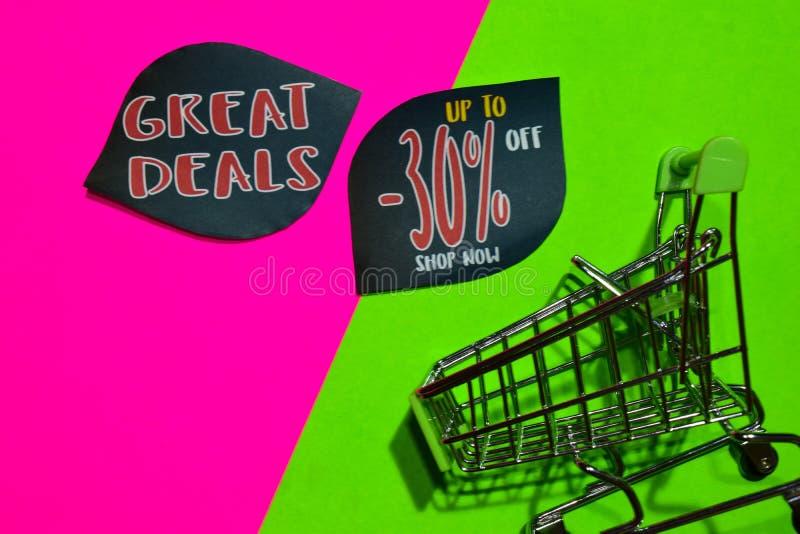 Grandi affari fino a 30% fuori dal testo e dal carrello del negozio ora immagini stock libere da diritti