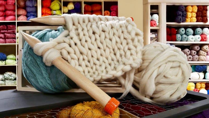 Grandi aghi per tricottare su un negozio del filato di lana fotografia stock