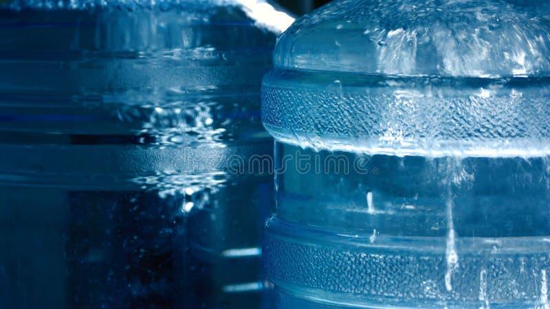 Grandi bottiglie con la fine dell'acqua su fotografia stock
