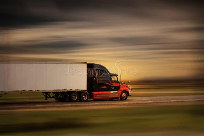 Grandi camion e rimorchio moderni luminosi dei semi dell'impianto di perforazione nel moto su una strada principale fotografia stock libera da diritti