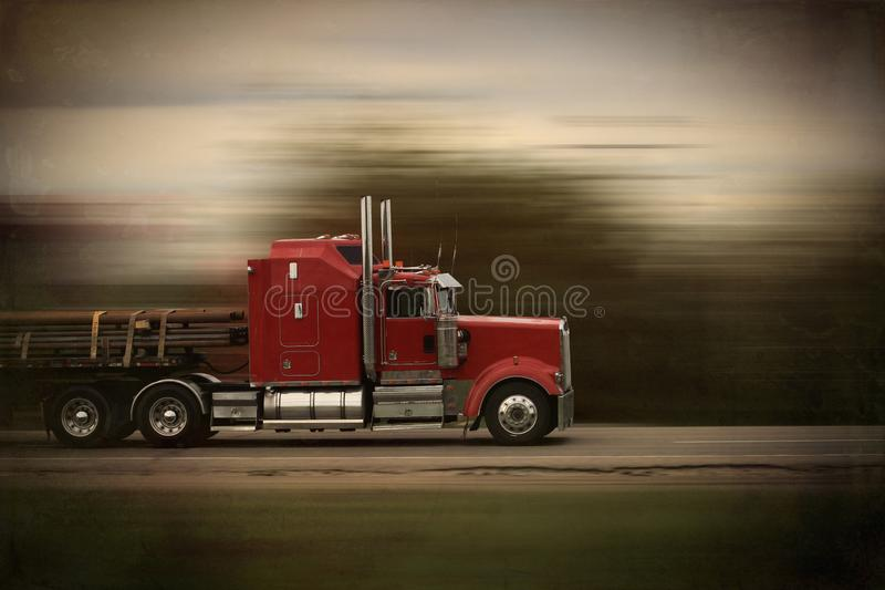 Grandi camion e rimorchio rossi luminosi dei semi dell'impianto di perforazione nel moto su una strada principale fotografia stock libera da diritti
